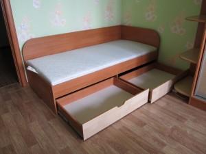 Односпальная кровать с выдвижными шухлядами