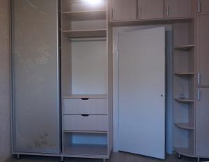 открыта правая дверь шкаф купе под заказ в спальню в Белой Церкви