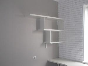 Белые полочки лесенкой для детской комнаты