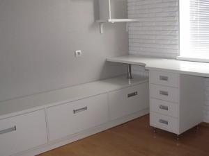 Белые шкафчики и стол для спальни