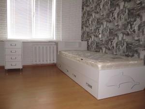 Белый стол и кровать для стильной комнаты